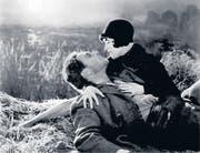 Berühmte Szenen aus den zwei Stummfilmen, die in St. Georgen zu sehen sind: Das Liebespaar aus «Sunrise» und der legendäre Harold Lloyd in «Safety Last». (Bilder: pd)