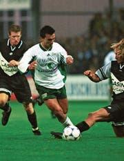 Hakan Yakin war seinen Gegenspielern schon früh meist eine Idee voraus. (Bild: Rainer Bolliger (3. Oktober 1998))