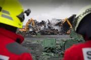 Am Morgen nach dem Grossbrand bei der Tobi Seeobst AG in Egnach: Die Aufräumarbeiten werden noch eine Weile andauern. (Bild: Ralph Ribi)