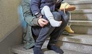 Bei Vätern mit Kindern, die Sozialhilfe beziehen, wurde 2016 eine starke Zunahme von 26 Prozent verzeichnet. (Bild: Christof Schuerpf/Keystone)