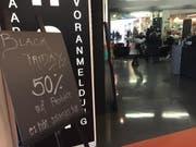 Sogar der Coiffeur wirbt mit Black-Friday-Angeboten. (Bild: FM1Today/Leila Akbarzada)