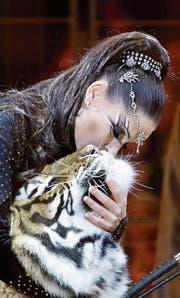 Die deutsche Dompteuse Carmen Zander pflegt einen sehr innigen Kontakt zu ihren Tigern. Hier eine Aufnahme von ihrem Auftritt am internationalen Zirkusfestival. (Bild: Claude Paris/EPA (Monaco, 23. Januar 2018))