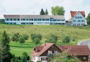 Blick aus südöstlicher Richtung auf die Schulanlage Gottshaus: links das Primarschulhaus, rechts das Kindergartengebäude. (Bild: PD)