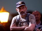 Armeniens Oppositions-Anführer Nikol Pashinian kriegt keinen Termin beim Interims-Regieurngschef Aren Karapetjan um über einen Machtwechsel zu verhandeln (Bild: KEYSTONE/AP/SERGEI GRITS)