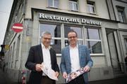 """Josef Zweifel (links) und Reto Preisig von der Bauerei Schützengarten stellen das Projekt fürs """"Dufour"""" vor: Für rund fünf Millionen Franken wird das Restaurant an der Bahnhofstrasse in eine Brasserie umgebaut. (Bild: Ralph Ribi)"""