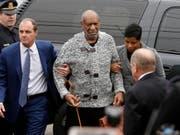 Muss eine elektronische Fussfessel tragen und darf nur ausnahmsweise aus dem Haus: der wegen schwerer sexueller Nötigung verurteilte US-Entertainer Bill Cosby. (Bild: KEYSTONE/AP/MATT ROURKE)