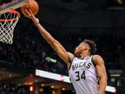 Der Small Forward Giannis Antetokounmpo hielt seine Milwaukee Bucks am Leben (Bild: KEYSTONE/EPA/TANNEN MAURY)