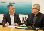 Roman Brülisauer koordiniert mit seinem Nachfolger Heinz Keller die Übergabe der regionalen Berufsbeistandschaft. (Bild: Hannelore Bruderer)