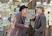 Fajnbrot (Tim Seyfi) und David Bermann (Moritz Bleibtreu) beratschlagen sich vor einer Zeitungswand. (Bild: Filmcoopi)