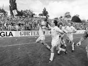 YB-Triumph im alten Wankdorf. Hier nach dem Cupsieg 1987: mit dem Pokal Martin Weber (vorne) und Jean-Marie Conz (Bild: KEYSTONE/STR)