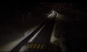 Zu Beginn ist die Strasse noch dunkel. Ein Auto... (Bild: Comlight)
