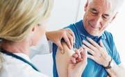 Ältere Personen müssen sich beim Hausarzt manchmal länger gedulden – Impfstoffe, die knapp sind, gehen zuerst an Kinder. (Bild: Canopy/Getty)