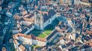 Kathedrale, Klosterplatz und das historische Ensemble mit dem früheren Zeughaus bleiben von einst geplanten Glas- und Beton-Neubauten verschont. (Bild: Urs Bucher)