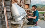 Julian Sartorius bei einer Milchkannen-Percussion auf einer Alp. (Bild: pd)