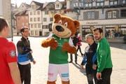 Die Athleten der Valida mit FCSG Maskottchen Gallus und Tranquillo Barnetta. (Bild: Matthias Fässler)
