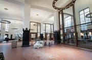 Die Bänkli kommen erst im Dezember: Blick in die neue Bahnhofhalle (hier kurz vor der Eröffnung) mit den zwei Gastrobetrieben. (Bild: Ralph Ribi)