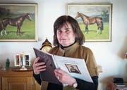 Annemarie Frischknecht in ihrem Haus in Mörschwil – die Arbeit in den Händen, in der sie als Zeitzeugin zu Wort kommt. (Bild: Ralph Ribi)