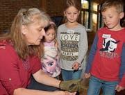 Franziska Heeb zeigt den kleinen Gästen eine Zweifarbfledermaus. (Bild: Yvonne Aldrovandi-Schläpfer)