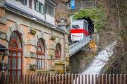 Das Mühleggbähnchen beim Tunneleingang. Rechts stürzt das Wasser der Steinach den Abhang hinunter. Vorne die Talstation. (Bild: Urs Bucher - 21. Februar 2015)