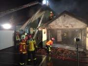 Die Feuerwehr hat am Donnerstagabend das Haus abgedeckt, um nach Glutnestern zu suchen. (Bild: Kapo SG)