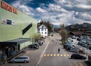 Die Parkplätze beidseits der Bachstrasse müssen der neuen Haltestelle weichen. (Bild: Benjamin Manser)