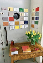 Das Buch auf dem Tisch verrät, welche Frage zu welchem literarischen Werk gehört. (Bild: rbe)