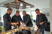 """Die Mitglieder des Kochclubs """"s'blaue Chleid"""" in Aktion: Pascal Stäheli, Marcel Roduner, Mic Kummer und Odilo Lamprecht (von links). (Bilder: PD)"""