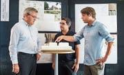 Geschäftsleiter Bruno Würth lässt sich von den Architekten Aret Tavli und Florian Schoch das Modell vorstellen. (Bild: Thi My Lien Nguyen)