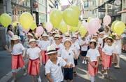 Auch die Klassen aus dem Boppartshof werden fürs Kinderfest von einer Textilfirma unterstützt. (Bild: Urs Bucher (12. Juni 2015))