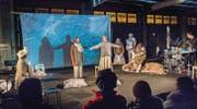 Bühnenstück zwischen Poesie und Melancholie: Vorpremiere von «Im Dunkelwasser fischen» in der Kunsthalle Arbon. (Bild: Andrea Stalder)