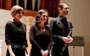 Die drei Interpreten verneigen sich beim Schlussapplaus: Julia Kreyenbühl-Gschwend, Dagmar Grigarova und Philipp Kreyenbühl. (Bild: Barbara Hettich)