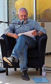 Hans-Jürg Müller liest eine Kurzgeschichte von Rafik Schami. (Bild: Mirjam Bächtold)