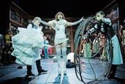 Sopran auf Stöckelschuhen: Yuka Yanagihara zwischen Sylvana Schneider und Johanna Link. (Bild: Ilja Mess/Theater Konstanz)
