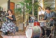 Nora Gomringer mit ihrem Schlagzeug-Begleiter Philipp Scholz auf der Bühne im Kult-Bau. (Bild: Benjamin Manser)
