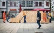 Symbolischer Mauerbau in Wil: Die Performance konfrontiert Passanten mit einem hochaktuellen Thema. (Bild: Urs Bucher)