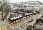 Die linke Busspur ist frei, die rechte besetzt – und damit auch die Haltestelle für nachfolgende VBSG-Busse. (Bild: Hanspeter Schiess)
