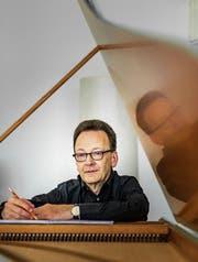 Der Musiker und Komponist Rudolf Lutz daheim am Cembalo. (Bild: Michel Canonica)