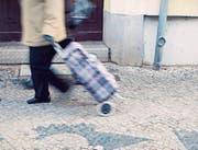 Delikte aus Vergesslichkeit: Für Demenzpatienten können tägliche Verrichtungen wie Einkaufen zu heiklen Unterfangen werden. (Bild: imago)