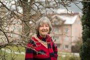 Friedensaktivistin Christina Dieterle in ihrem Garten. (Bild: Hanspeter Schiess)