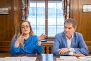 Die SP-Stadtratsmitglieder Maria Pappa und Peter Jans erläutern die Argumente der Stadtregierung gegen die Mobilitäts-Initiative. (Bild: Urs Bucher)