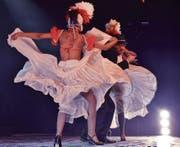 Zwei Tänzerinnen flankieren Sänger José Guillermo Puebla Brizuela, der zu den Stars der kubanischen Musikszene gehört. (Bild: Manuel Nagel)