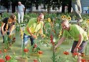 Gärtner dekorieren den Gauklerbrunnen im Stadtpark. (Bild: PD/Andrea Kobler)