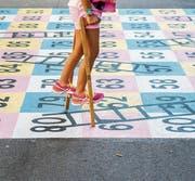 Ein Posten auf dem Spielweg: Das Leiterli-Spiel auf dem Pausenplatz des Schulhauses Spelterini. (Bilder: Urs Bucher)