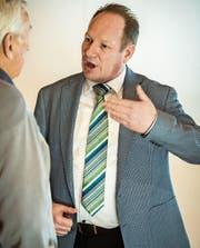Der künftige Gemeindepräsident Werner Minder im Gespräch mit einem Bürger. (Bild: Reto Martin)