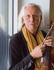 Der Musiker Paul Giger mit seiner elfsaitigen Violino d'amore. (Bild: Martin Preisser)