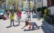 Die Gerenstrasse als Begegnungsort: Wohnstrasse mit Kindern beim Spielen. (Bilder: Hanspeter Schiess)