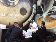 Kundengespräch von Verantwortlichen des St.Galler Kaffeerösters «Turm & Bogen» an der Gulfood in Dubai. (Bild: PD)