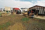 Der Regen hat Spuren hinterlassen. Ist der Boden auf dem Appowila-Festgelände morgen immer noch nass, können die Stapler das von den Appowilern zerlegte Material vorläufig nicht abholen. (Bild: Corinne Allenspach)