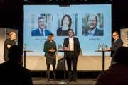 Die Moderatoren Reto Voneschen (links) und Daniel Wirth (rechts) stellen den Kandidierenden Sonja Lüthi und Boris Tschirky kritische Fragen. (Bild: Hanspeter Schiess)