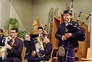 Pipe Sergeant Daniel Germann (r.), begleitet von den Musikern der Stadtharmonie. (Bild: Barbara Hettich)